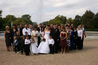 společná....jen pan fotograf musí trochu obouchat lokty aby trochu i zvýšil hlásek...někteří byly neukáznění..(jako ve škole..hihihihi, on dokud si to člověk nezkusí fotit svatbu tak neví jaké to je..a jak je to někdy vyčerpávající...)