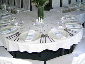 nejak takto rozlozenie stolov, akurat hlavny stol len pre nas dvoch