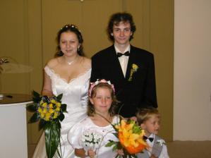 společné foto -konečně manželé vpředu sestřička jako družička a ještě s mým bratríčkem (druhý se styděl)