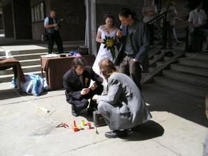 Plnění ukolu pro ženicha a jeho svědka