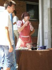 Naše kuchařka Marečka zbíječka s terou jsme soutěžli já  nevěsta s mou svědkyní
