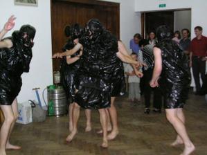 Tihle bubáci mi unesli ženicha a pak se vrátili a já musela podle tance poznat který z nich je ten pravý ale poznala jsem :-)