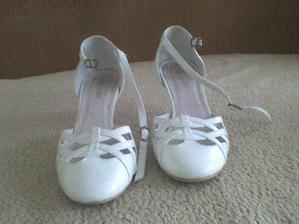 Boty- teda sehnat bílé boty ve velikosti 36 nám dalo pořádně zabrat. Tyhle jsou 37, ale padnou...