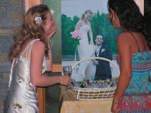 s kamaradkou obhlizime fotku z Ceske svatby