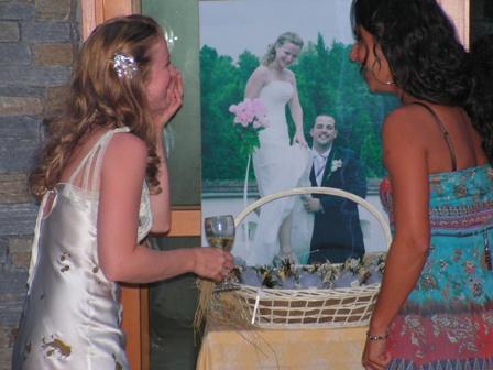 Kveta{{_AND_}}Alan - s kamaradkou obhlizime fotku z Ceske svatby