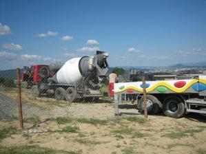 A hned za nou nas prvy mixer s betonom:-) A potom to uz len chodilo a chodilo:-)
