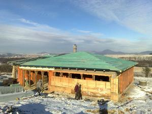 Juzny pohlad na strechu. Kvoli snehu sme zadebnili terasu a vsetky okna.