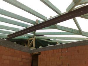 Hotovy krov na garazi. Opat komlikovany, ako cela strecha:-)