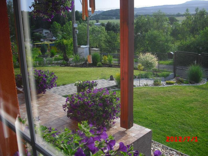 Zahrada a okolí - miluji ten výhled ze svého okna:-)