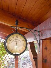 úžasné hodiny pod pergolou,každému se líbí...