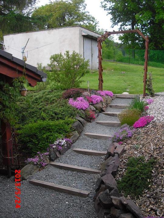 Zahrada a okolí - v pozadí garáž se bude teprve opravovat:-)