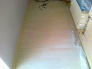 Podlaha v ložnici ( opět korek v dekoru běleného dubu)