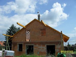2010 - léto příprava na budování velké terasy, ten na komíně nás trochu znervoznoval :-)