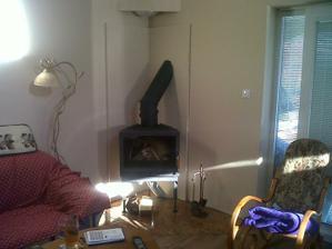 Pred Vianocami sa nám podarilo spojazdniť aj krbovú vložku - obmurovku dokončíme na jar.