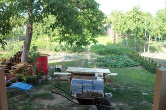 Pohľad zo zadnej terasy do záhrady