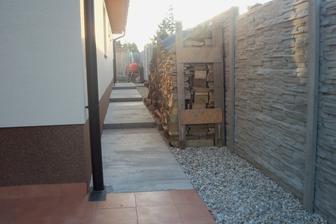 Drevo zatiaľ takto provizórne, drevo na prístrešok bude potom po zbúraní stavebnej búdy.