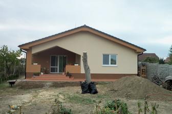 Orech skoro spílený, konečne sa dá odfotiť dom aj od zadu.