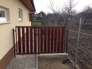 Pred tým , než sme začali siať vzadu trávu, tak sme museli urobiť takéto bránky ako ochranu pred špacírkami našj Tary.