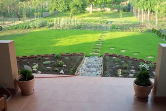 Pohľad z terasy do záhrady.