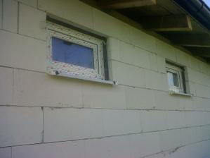 Konečne okná a terasové dvere - trojsklo a pásky. Už sme zamknutí.