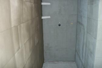 ... poličky v sprchovom kúte