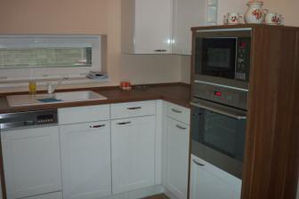 S kuchynskou linkou je moja polovička maximálne spokojná (ešte tam chýba jedna polica s osvetlením a okolo obkladačky)