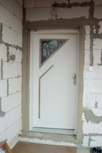 Vchodové dvere už obmurované