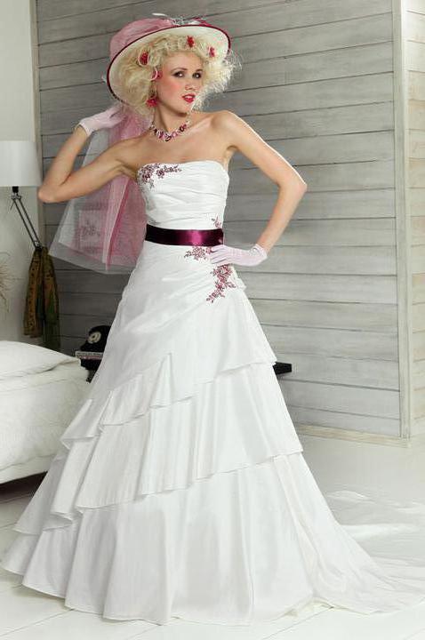 Svatební přípravy , 3.9. 2011 - zámek Hořovice - Moje šaty na modelce , doufám že mi sluší víc než jí :)