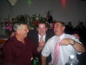aj svadobný otec sa dobre bavil...ten s ružovou kravatou