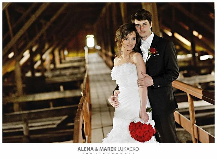 D{{_AND_}}M wedding - táto fotka sa mi vôbec nepáči.. vyzerám a tvárim sa veľmi umelo... a aj môj drahý ... ::)