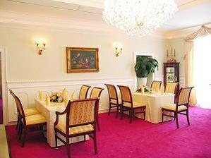 ..takto vyzera interier, samozrejme stoly budeme mať inak
