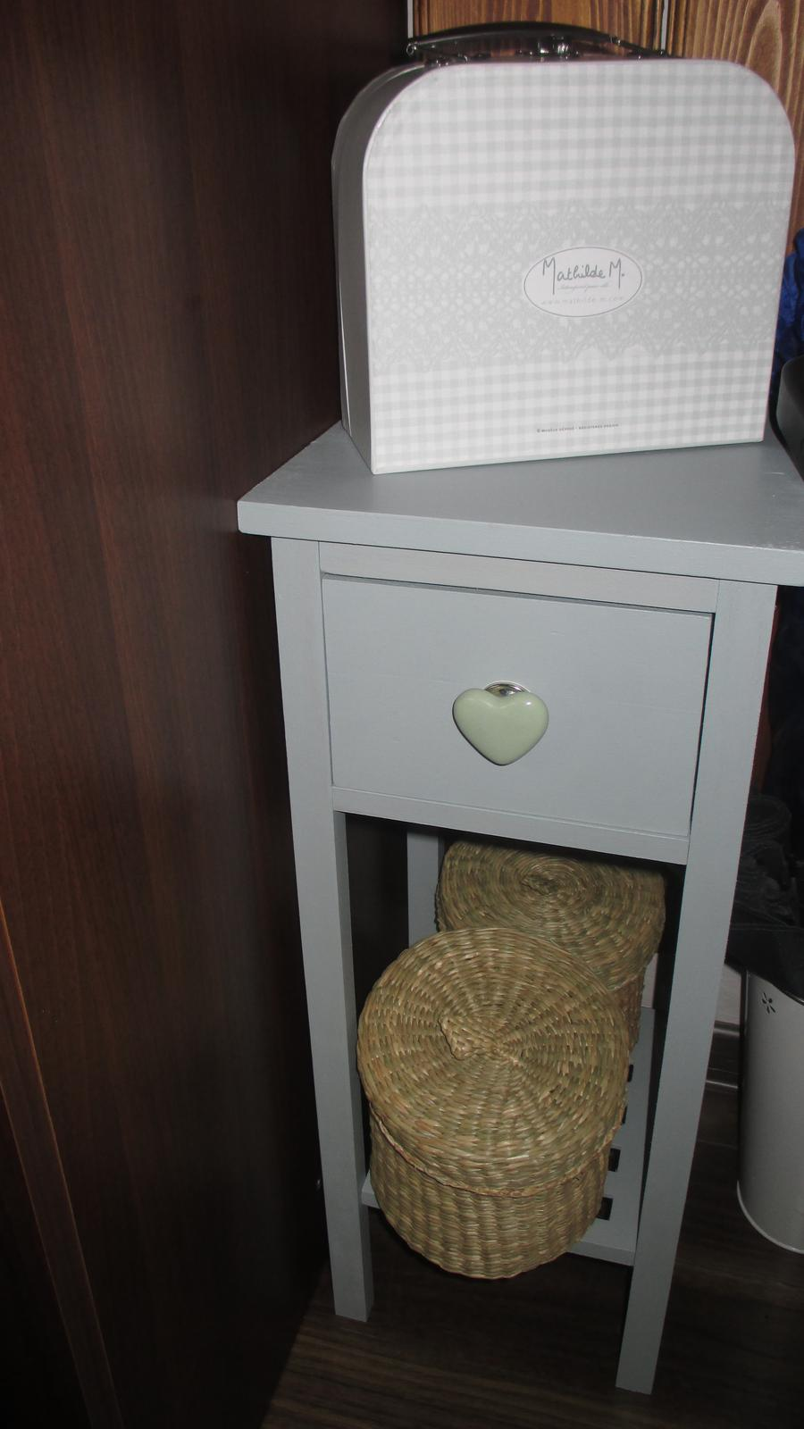 šedý stolík s porcelánovým úchytom srdce  - Obrázok č. 1