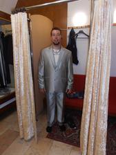 oblek jsme byli kupovat 2 dny před svatbou, manžílek chtěl bílý, ale ten nebyl...stříbrný ale byla lepší volba