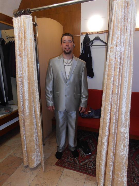 Amaterské fotky z naší svatby :-) - oblek jsme byli kupovat 2 dny před svatbou, manžílek chtěl bílý, ale ten nebyl...stříbrný ale byla lepší volba
