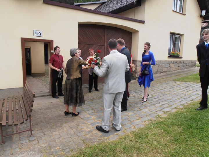 Amaterské fotky z naší svatby :-) - příjezd ženicha s rodinou pro nevěstu