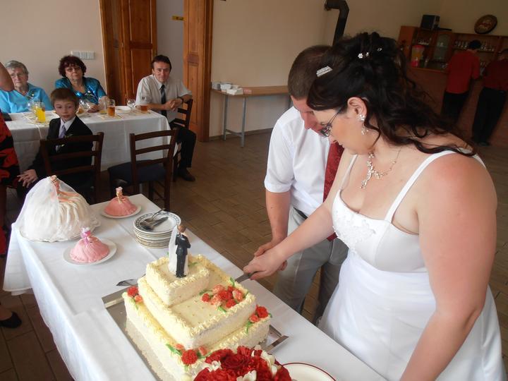 Amaterské fotky z naší svatby :-) - krájení dortu