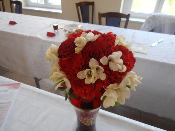 Amaterské fotky z naší svatby :-) - moje kytička-karafiáty, růže a frézie, nádherně voněla