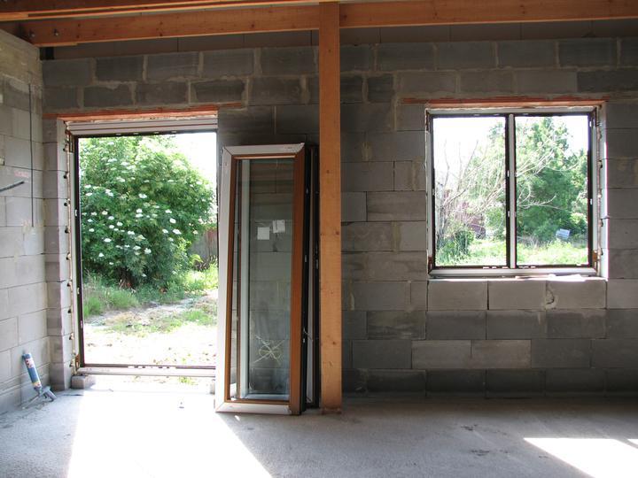 Upravený Bungalow 69 - 10.06.2010. Terasové dvere sú bez stredového stĺpika. Jedno krídlo sa klasicky otvára a druhé sa otvára cez poistku.
