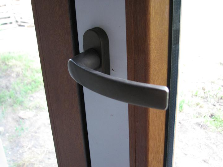 Upravený Bungalow 69 - 10.06.2010. Takáto je kľučka na oknách a na teresových dverách. Nedali sme si ich namontovať, aby sa nepoškodili, kým sa tam robí. Všetky okná zatial otvárame len jednou kľučkou.
