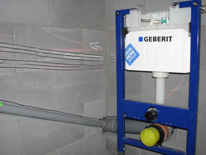 Upravený Bungalow 69 - 10.07.2010 - Záchod na chodbe. Tu sme si zavarili, lebo pôvodne sme toto wecko úplne zrušili, tak sme tam neriešili ani vývod z kanalizácie a neskôr sme si to zase rozmysleli, takže sme sa museli prebúrať cez stenu a napojiť to na trubku v kuchyni.