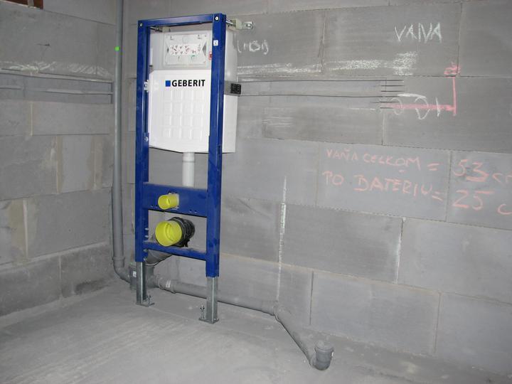Upravený Bungalow 69 - 10.07.2010 - Namontovaný záchod v kúpeľni, vyriešený odtok z vane a odvetrávanie. :-)