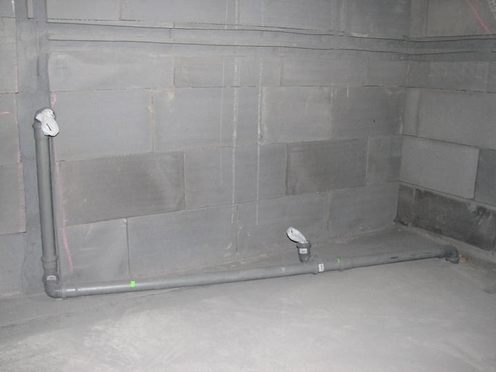 Upravený Bungalow 69 - 10.07.2010 - Musíme to trošku prerobiť. Rozhodli sme sa, že dáme väčší sprcháč (pôvodne sme chceli dať 90x90cm), teraz bude 120x90cm alebo 130x90cm.Takže budeme musieť posunúť odtok.