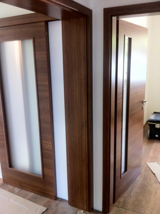 Upravený Bungalow 69 - 14.6.2012 - naľavo posuvné presklenné na chodbu, stred slepá zárubňa, napravo dvere do hosťovskej.