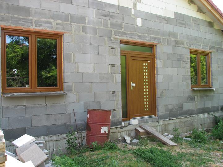 Upravený Bungalow 69 - 18.7.2010 - Dali sme dole fólie z okien a dverí. Konečne ich vidím v plnej kráse. :-)