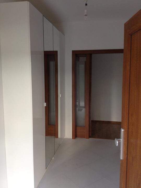 Upravený Bungalow 69 - 8.7.2012 - Konečne sme kúpili skriňu na chodbu. 4 krídla - 2 zrkadlo, 2 lesklá biela. Nie je ju ani poriadne vidieť, ale nechceli sme nič tmavé, aby ostala chodba presvetlená.