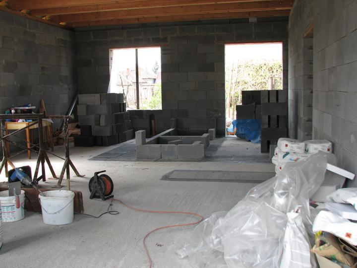 Upravený Bungalow 69 - 10.04.2010 - Pohľad na kuchyňu od dverí na terasu, bordeláreň (čo mala byť pôvodne špajza) a vchodové dvere.