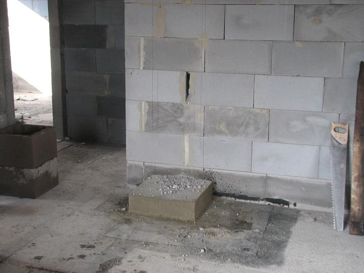 Upravený Bungalow 69 - 14.04.2010 - Vybetonovana patka na komin a uz sa tam crta aj dierka v stene na dvierka.