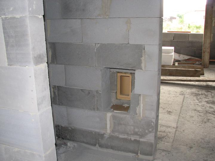 Upravený Bungalow 69 - 19.4.2010 - Dvierka na revíziu sú na stene oproti kúpeľne. Aby hneď neudreli do očí, keď sa príde dovnútra.