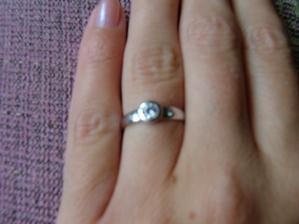 tenhle prstýnek jsem dostala. uprostřed velký kamínek a po obou stranách maličký