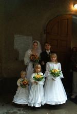 na svatbě bratrance před 4lety... nejmenší družička je moje sestřička Bety(prcek:)...